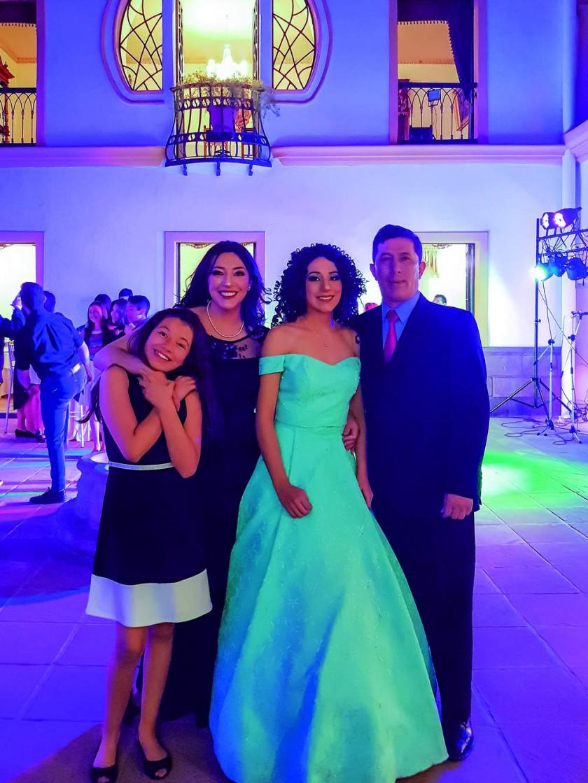 Sarita, Vivian Ángela Rocha, Sofía y Juan Pablo Álvarez.?