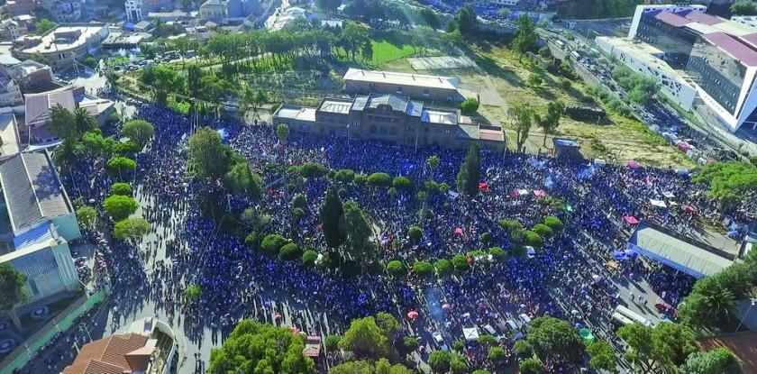 CABILDO. La multitud colmó todos los espacios de la plazuela Aniceto Arce, desde el frontis del Instituto Psiquiátrico..