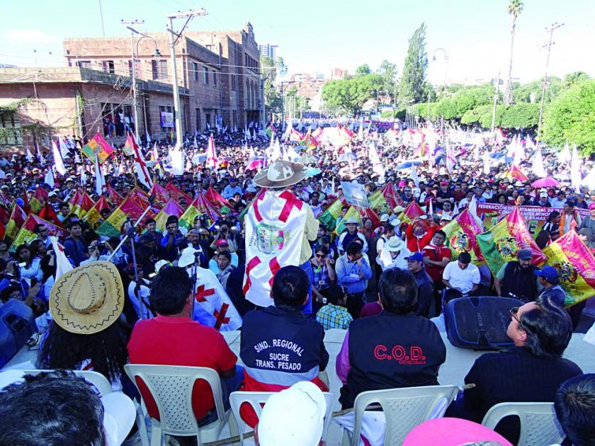 CIVISMO. La mayoría de los pobladores acudió al cabildo portando la bandera chuquisaqueña y los estandartes de cada inst