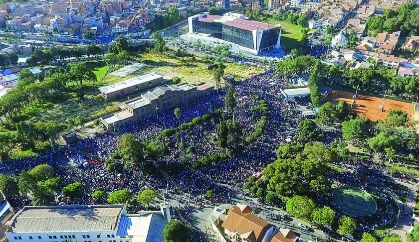MULTITUDINARIO. Decenas de miles de personas llenaron la ex estación y calles adyacentes. Ocurrió al cerrar el paro...