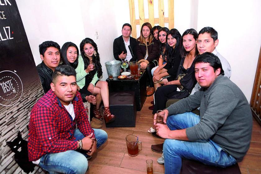 La cumpleañera Paty Gómez (cuarta izquierda) celebró su cumpleaños con sus amigos.