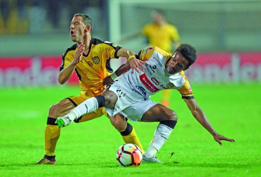 Ramiro Ballivián (d) pelea por el balón con Maxi Rodríguez.
