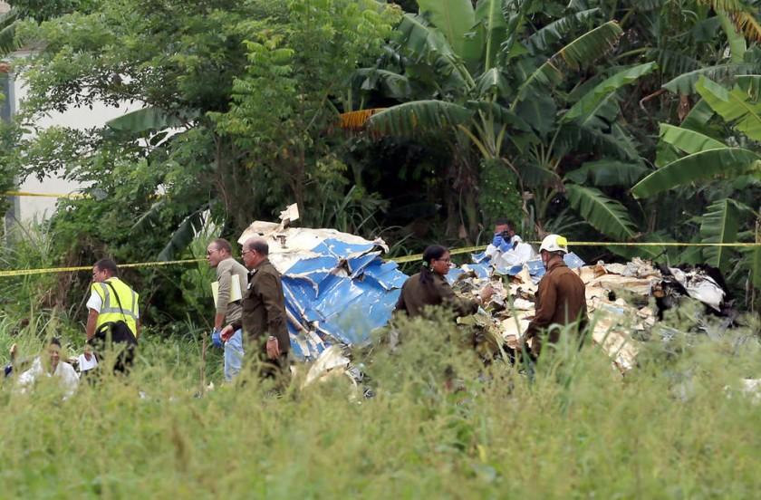 SINIESTRO. Policías y militares trabajan entre los restos del avión Boeing-737 que se estrelló después de despegar...