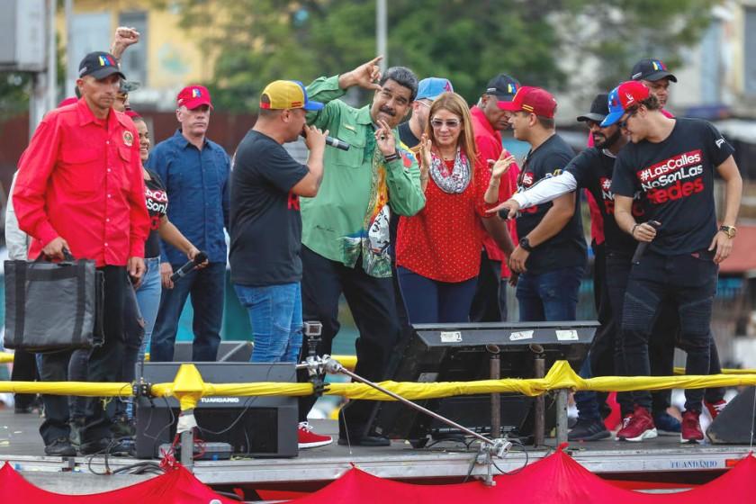 DISCURSO. El presidente venezolano, Nicolás Maduro (c), participa junto a la primera dama, Cilia Flores (c-d)...