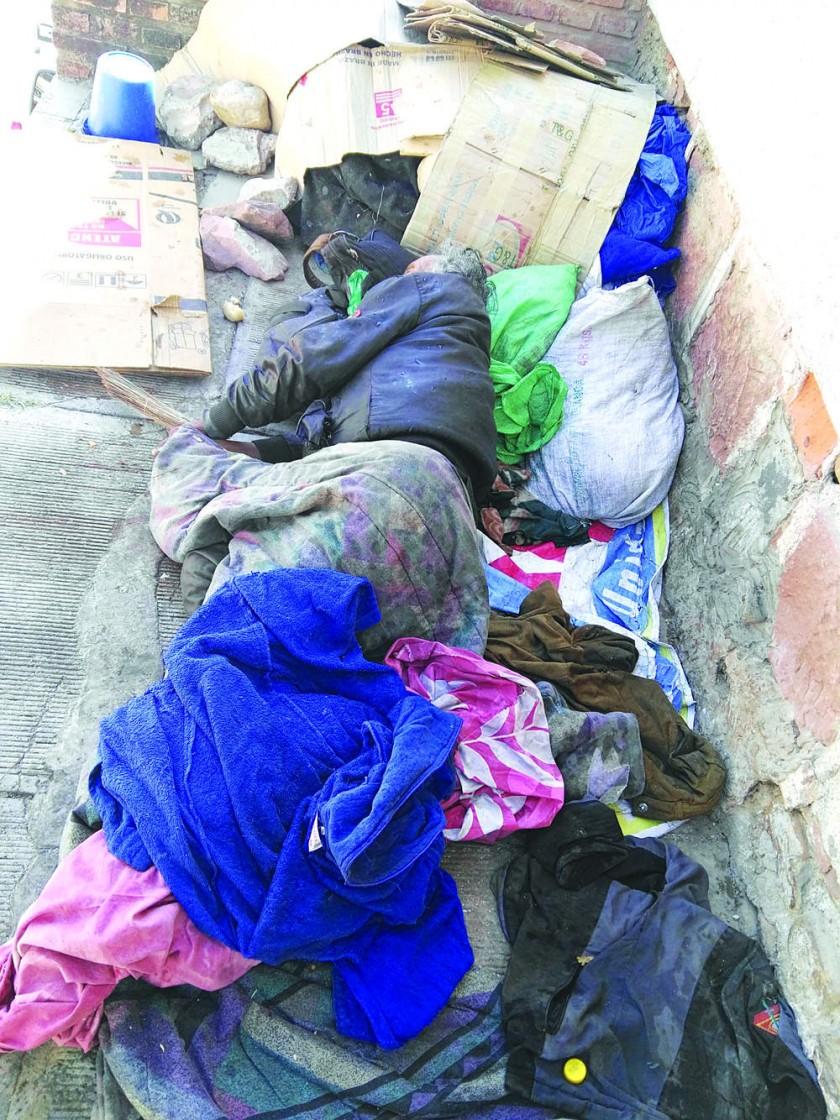 Anciano indigente muere en la calle víctima del frío