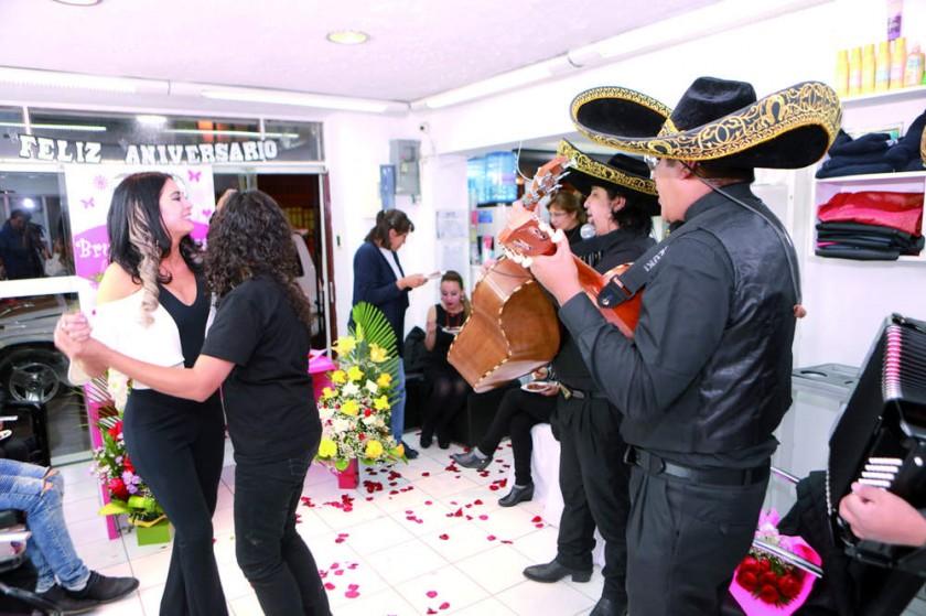 """La hora de bailar con los mariachis """"El Rey""""."""