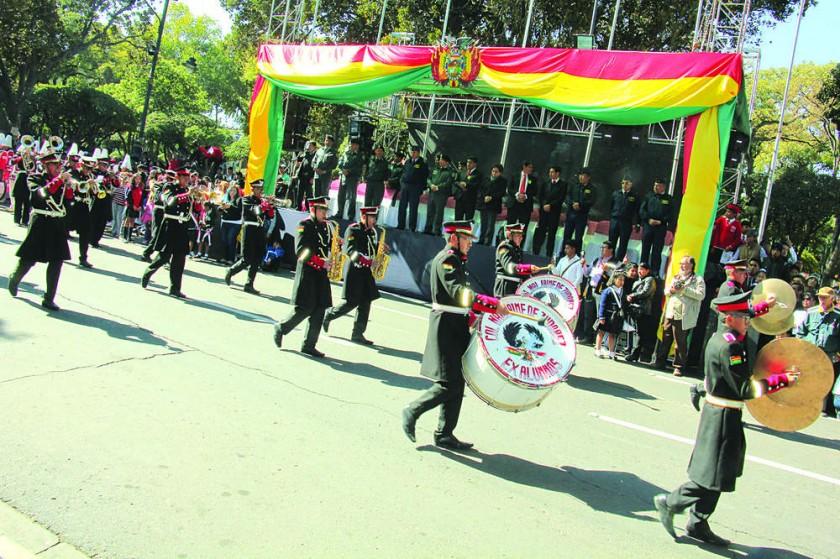 HOMENAJE. El gobernador Esteban Urquizu y el alcalde Iván Arciénega no participaron ayer del desfile cívico escolar.