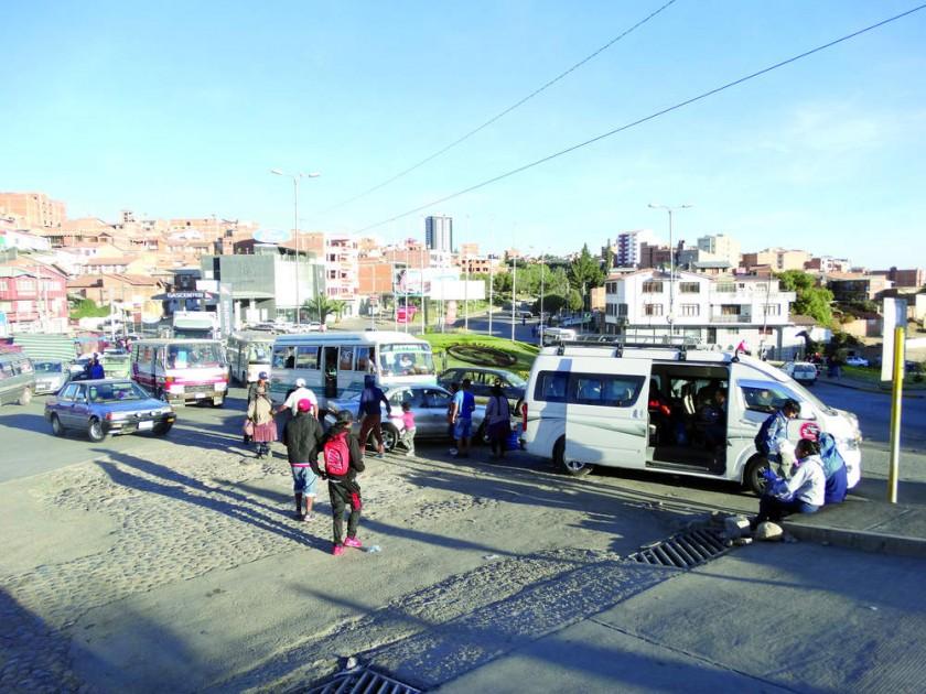 """CONCURRIDA. Miles de vehículos transitan diariamente por el """"primer puente"""" de la avenida Juana Azurduy de Padilla."""