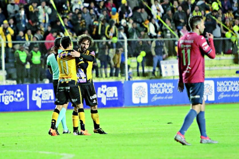 Los jugadores Fernando Marteli y Jhasmani Campos celebran el segundo gol de The Strongest anoche, sobre Wilstermann.