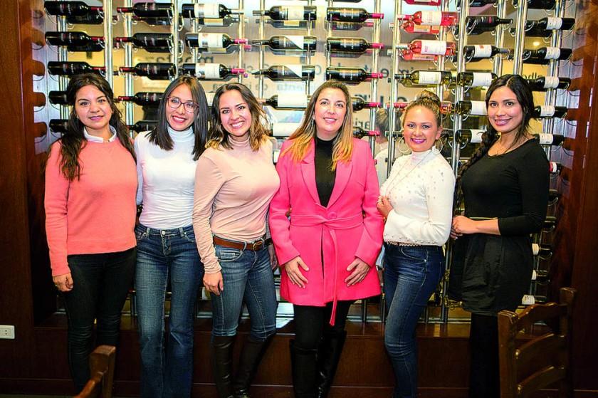 Daniela Beltrán, Lenilia Poquechoque, Mayra Campos,  Vale Awad, Liliana Herbas y Elena Nava.
