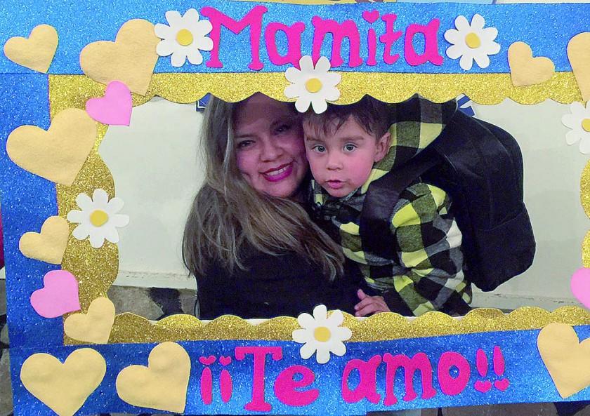 """Varias mamás se tomaron fotos con el cuadro de """"Mamita ¡¡Te amo!!"""