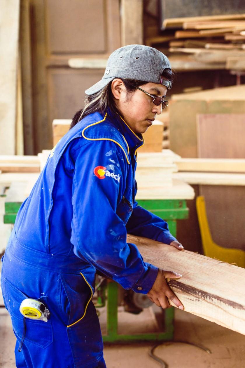 JÓVENES. Hombres y mujeres reciben formación en carpintería en madera para la restauración.