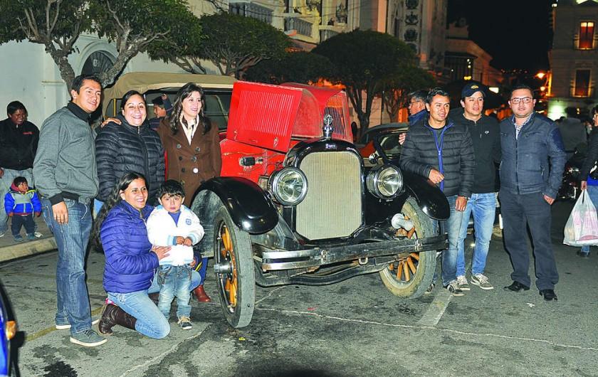 El personal del banco Bisa con uno de los autos clásicos, exhibidos ayer, en la plaza 25 de Mayo.