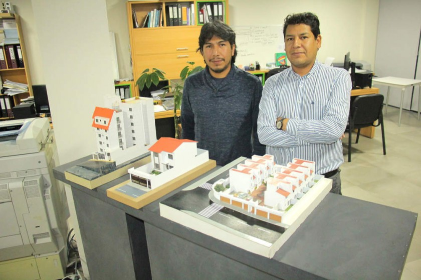 Rogelio y Ariel Heredia en su oficina
