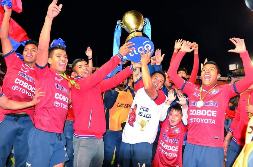 El equipo aviador celebró el título de campeón de la División Profesional del Fútbol Boliviano anoche, en el estadio...