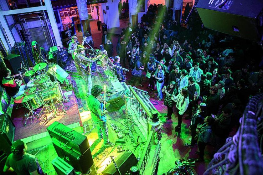 La gente bailó con Atajo.