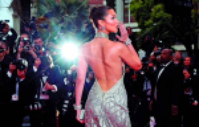 """La modelo estadounidense Bella Hadid posa en la alfombra roja durante la presentación de la película """"Ash Is Purest Whit"""