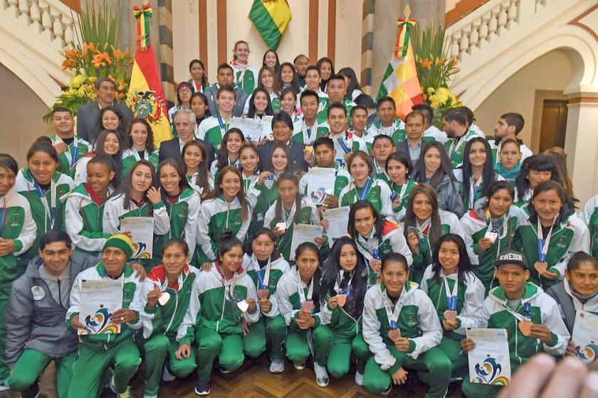 Los medallistas nacionales que recibieron sus premios.