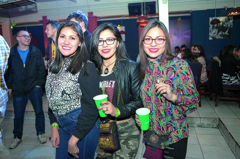 Lorena Flores, Mikaela y  Laura Rodríguez.
