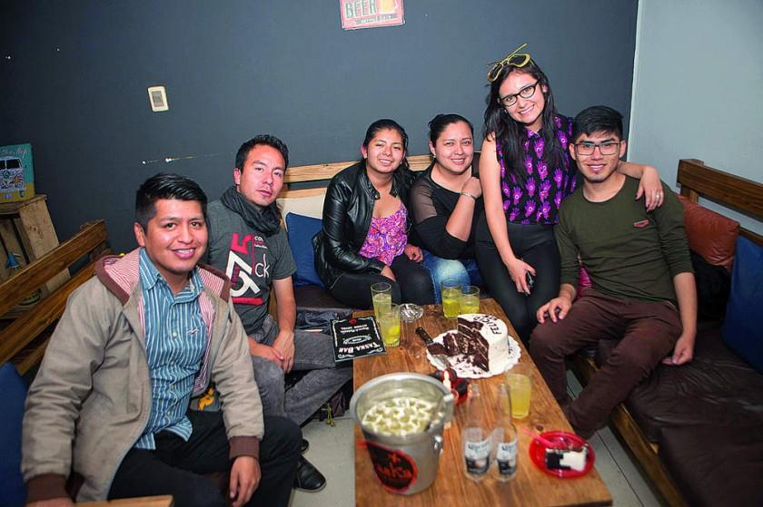 La cumpleañera Stephanie Dávila (segunda derecha) festejó junto con sus amigos.