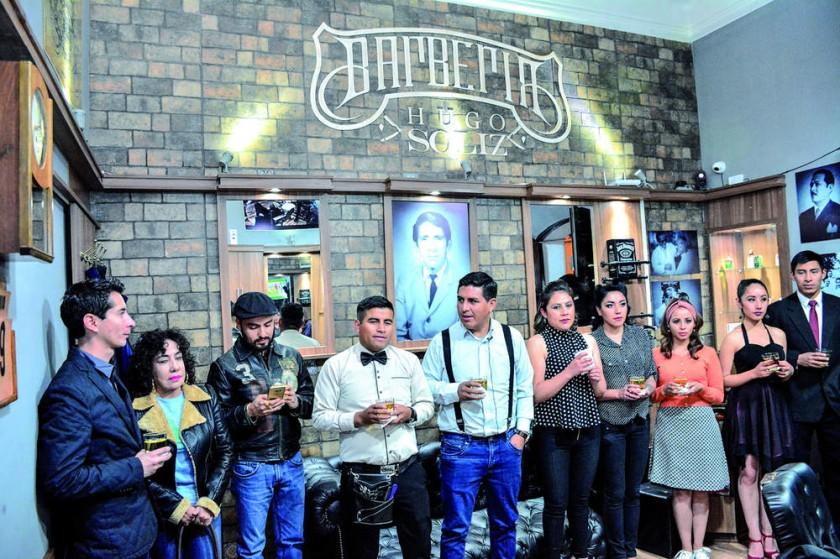 Brindis con el equipo de la Barbería Hugo Soliz.