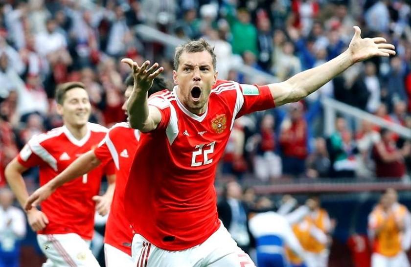 Artem Dzyuba celebra uno de los goles del cuadro ruso. EFE