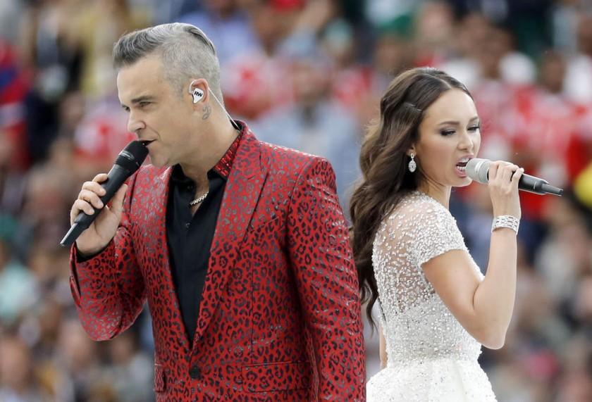Los cantantes Robbie Williams (i) y Aida Garufillina animaron el acto.