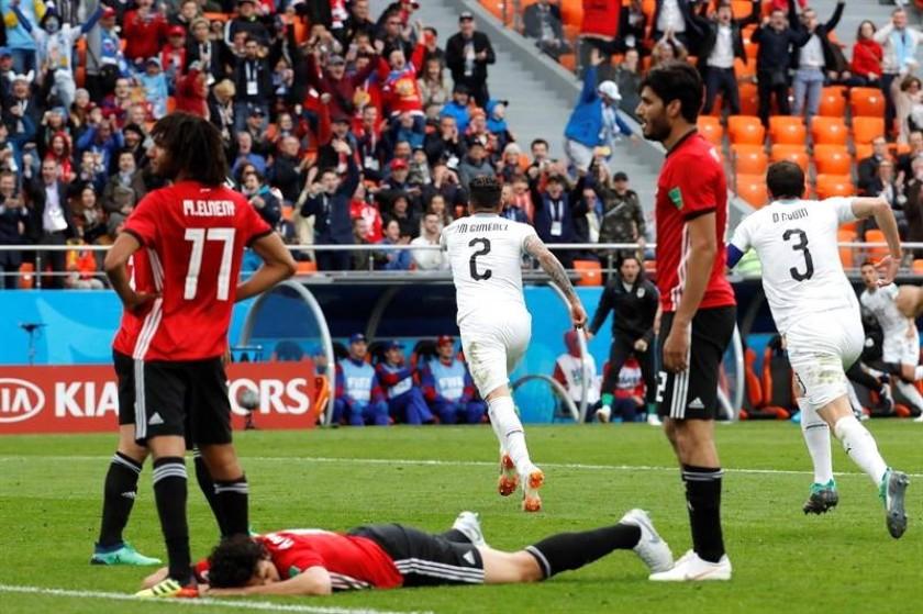 Giménez (2) corre para celebrar su gol de cabeza. EFE
