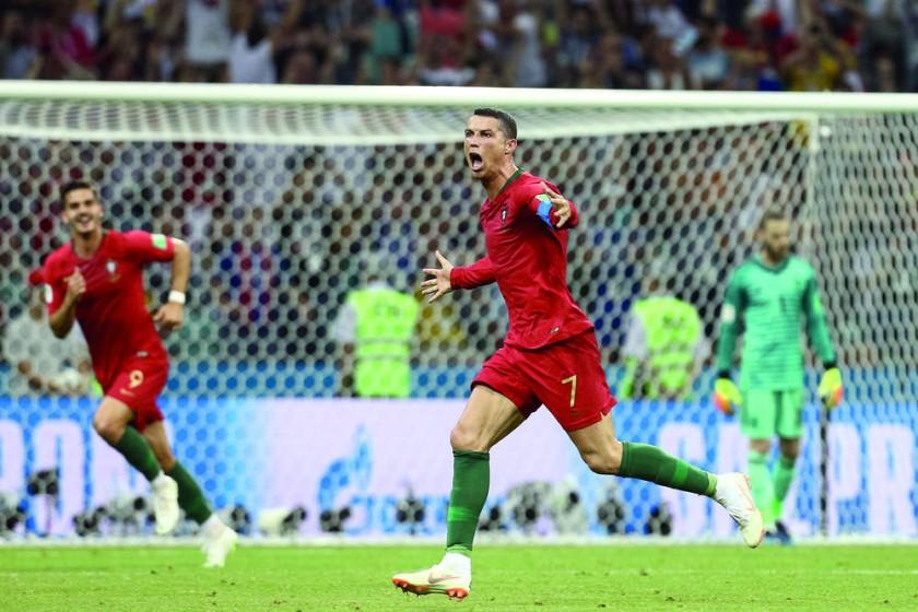 El astro portugués celebra uno de los tres goles con los que guió a Portugal a un empate valioso frente a España...