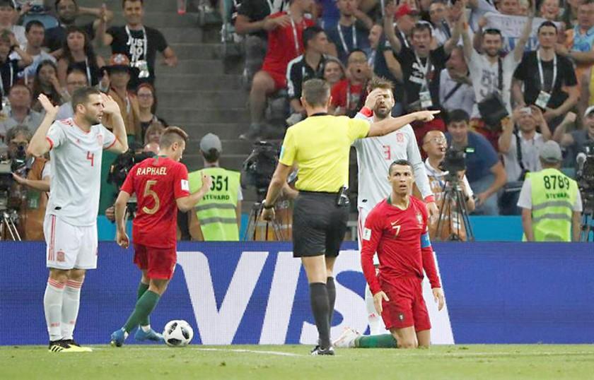 El árbitro cobra penal para Portugal por la falta de Nacho (i) a Cristiano.