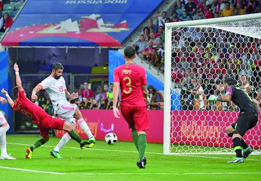 Diego Costa empuja el balón para el segundo gol de España.