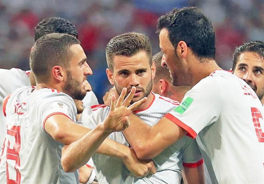 Nacho (c) y sus compañeos festejan la victoria parcial para la Roja.
