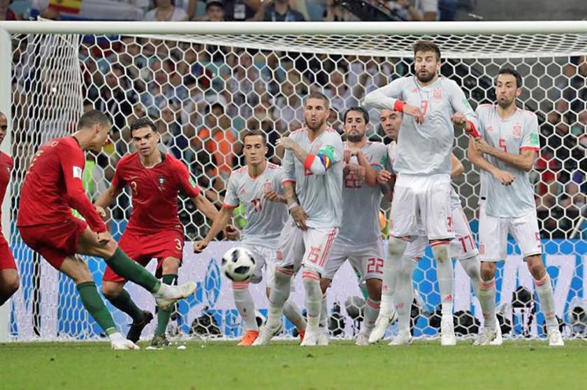 El balón enviado por Cristiano viaja rumbo al ángulo del arco español.