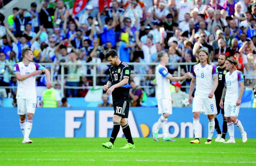 El astro argentino (c) se lamenta al final del partido que su selección, Argentina, igualó con la debutante Islandia...