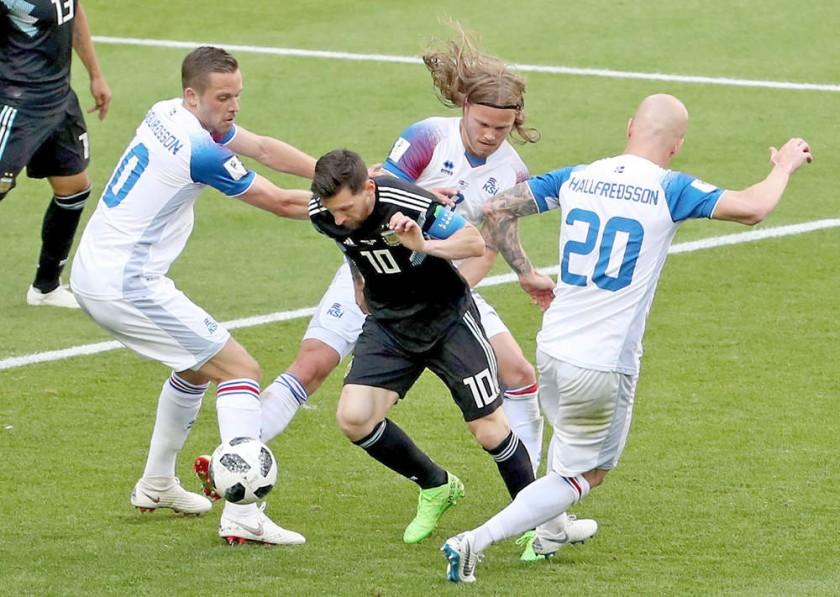 Lionel Messi (c) fue bloqueado por la defensa europea.