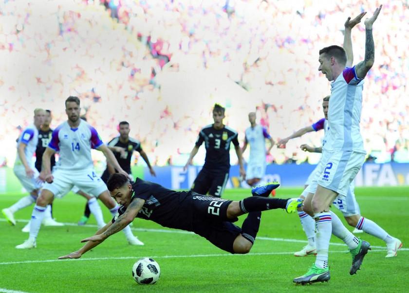 Argentina reclamó un penal sobre Cristian Pavón.