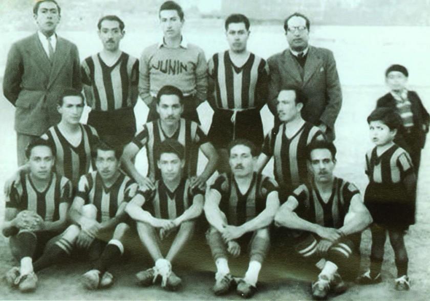 Miguel Peredo (K'ala Peredo) está sentado; de bigotes, es el segundo de la derecha.
