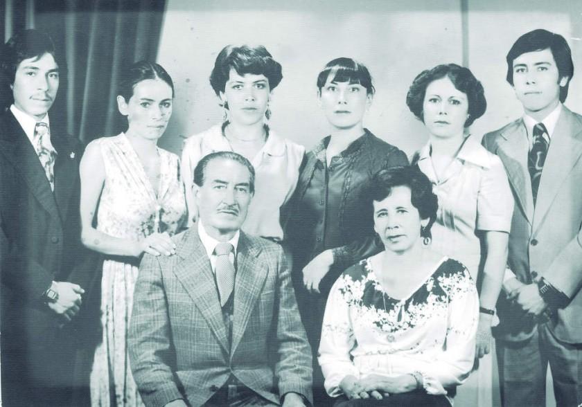 Los esposos Miguel Peredo y Carmela Romero junto con sus seis hijos