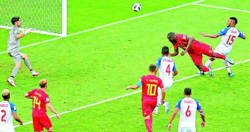 El delantero Romelu Lukaku (2d) conecta un cabezazo para decretar el segundo gol de la selección de Bélgica frente a...