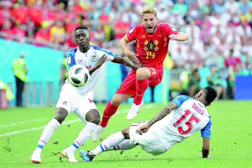 Dries Mertens, autor del primer gol de Bélgica, intenta superar la marca de los panameños.