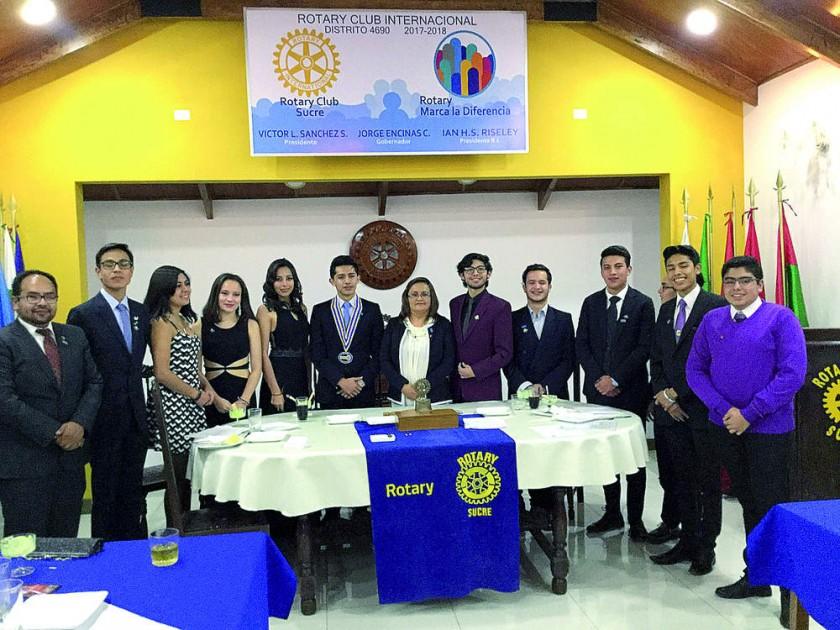 Club Interact y la rotaria Yamel Castro (centro), encargada del club.