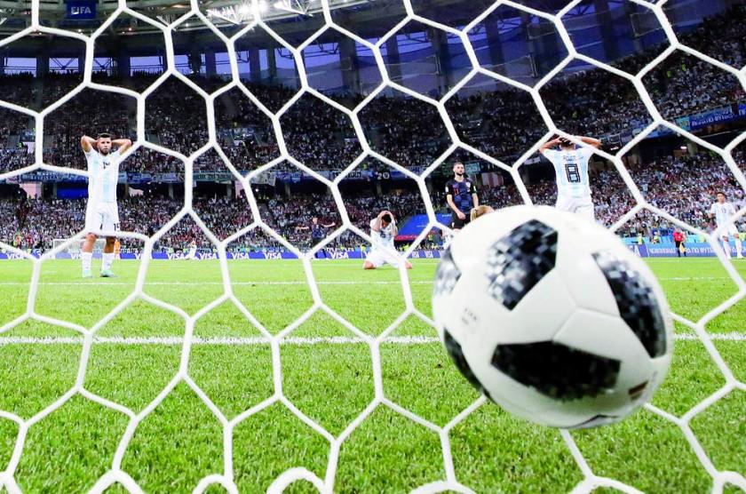 Los jugadores argentinos Sergio Agüero (i) y Enzo Pérez se lamentan luego del primer gol de Croacia ayer, en el partido