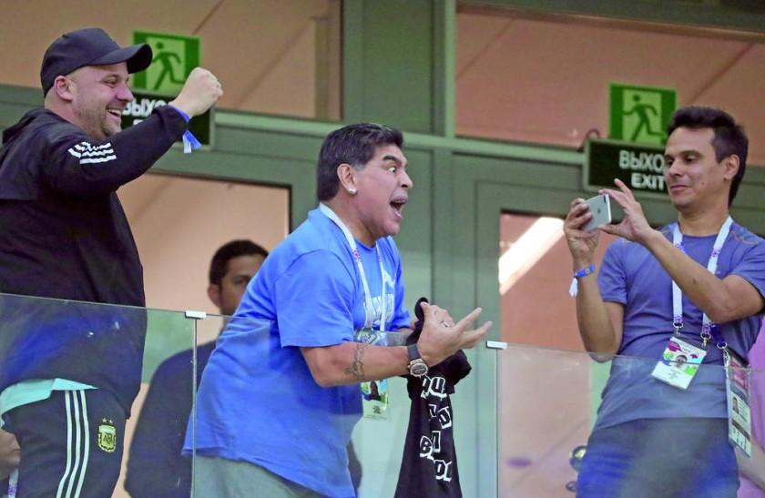 Diego Maradona siguió a su selección desde las tribunas del estadio ruso.