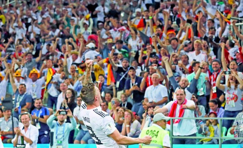 El balón enviado por el alemán Toni Kross ingresa al arco sueco al final del partido