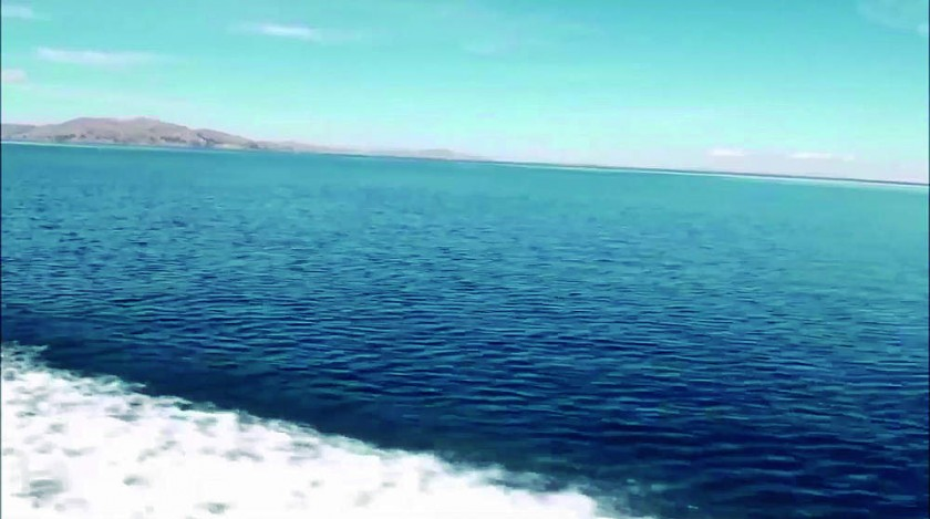 Vista plena a larga distancia sobre el Lago Titicaca; según la teoría de la esfericidad, solo deberíamos poder ver...