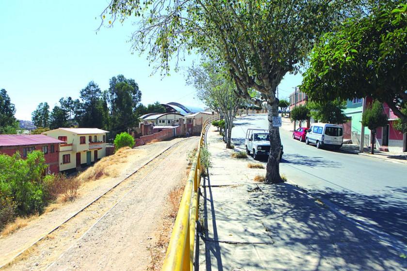 PROYECTO. Las antiguas vías del ferrocarril podrían convertirse en un parque con vegetación.