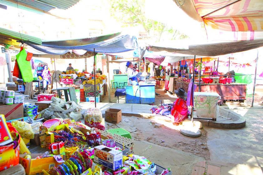 """SERVICIO. El mercado """"3 de abril"""" abastece de productos alimenticios a todo el vecindario."""