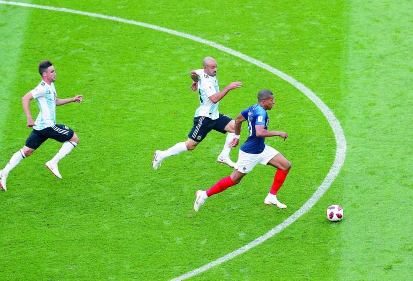 Mbappé enloqueció a los argentinos. Así nació el penal para el primer gol.
