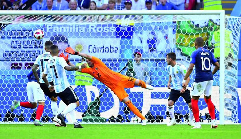 El balón lanzado por Pavard (fuera de foco) viaja al ángulo del arco argentino.