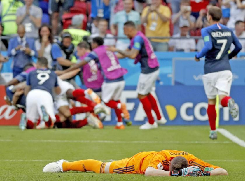 Los jugadores franceses celebran el cuarto gol; Armani por los suelos.